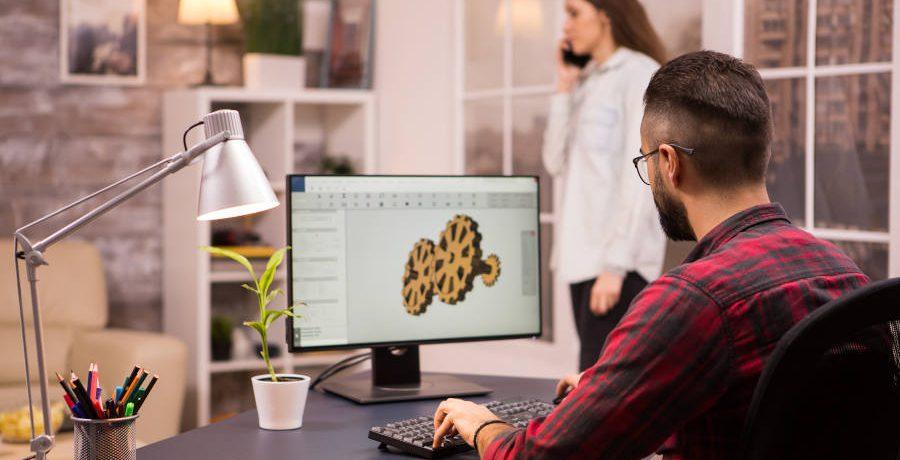 operatore lavora con software autocad